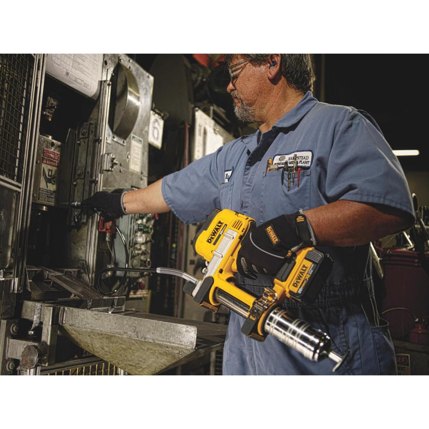 DeWalt 20 Volt MAX Lithium-Ion Cordless Grease Gun Kit Image 3
